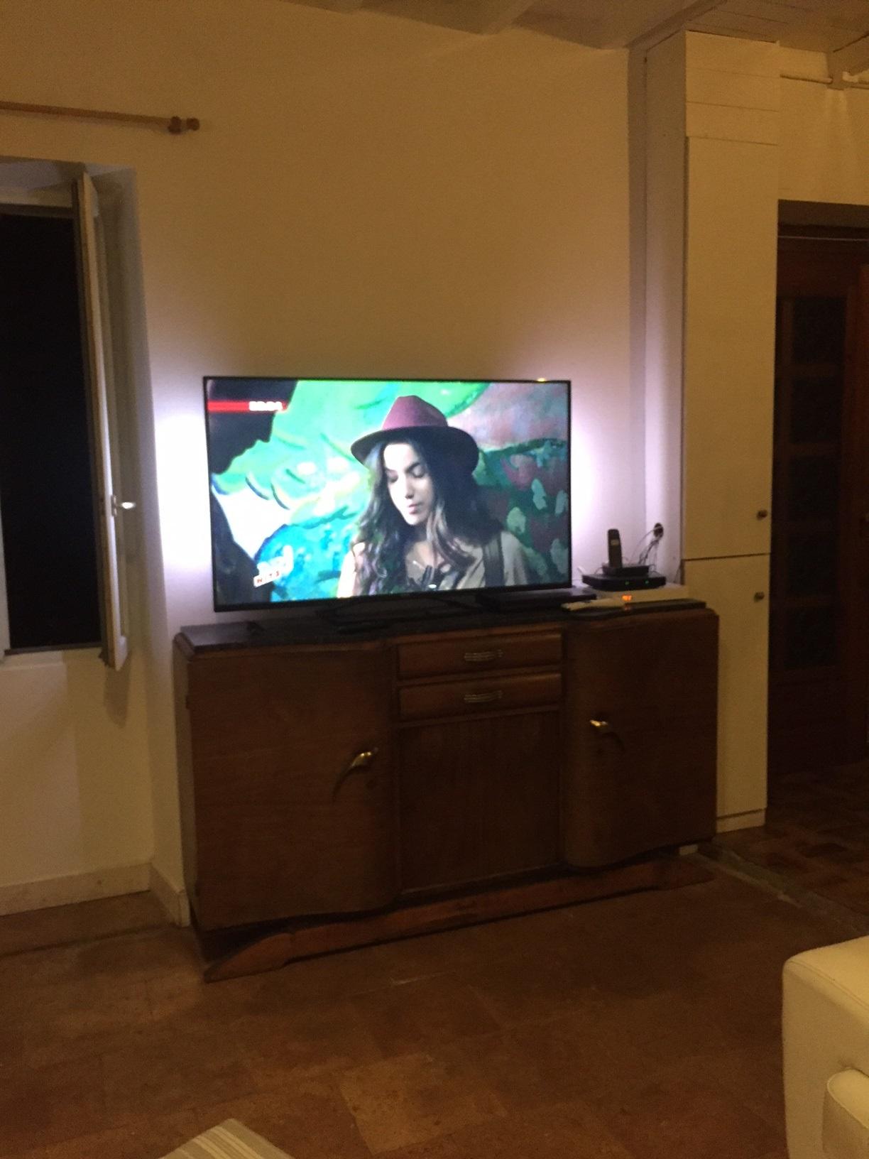 salon tv allume gros plan villa marcel. Black Bedroom Furniture Sets. Home Design Ideas